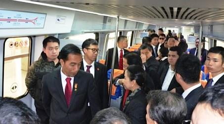 Presiden Joko Widodo (kiri) berbincang dengan Menteri BUMN Rini Soemarmo (kanan) dalam kereta api bawah tanah (subway) Beijing, Tiongkok, Kamis (26/3/2015). (JIBI/Solopos/Antara/Rini Utami)