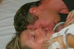Kate dan David Ogg memeluk Jamie saat bayi itu dinyatakan meninggal oleh dokter (Mirror.co.uk)