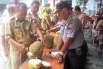 Pegawai kecamatan dan aparat kepolisian Kecamatan Jatinom menikmati durian yang diikutkan lomba di kantor kecamatan setempat, Selasa (3/3/2015). (Taufiq Sidik Prakoso/JIBI/Solopos)
