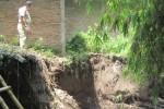 Tanggul Sungau Ujung di Desa Pandes, Wedi longsor hingga mengikis tanah pondasi bangunan polindes. Kerusakan itu terjadi setelah debit air meningkat pada Minggu (29/3/2015). Foto diambil Selasa (31/3/2015). (Taufiq Sidik Prakoso/JIBI/Solopos)