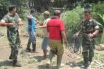 Warga dibantu TNI membersihkan rumpun bambu yang melintang di Sungai Dengkeng, Dukuh Ngasinan, Desa Tawangrejo, Bayat, Senin (30/3/2015). (Taufiq Sidik Prakoso /JIBI/Solopos)