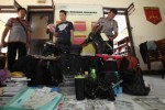Polisi menunjukan tersangka Kasus Pencurian Tas bernama Anton Wibowo (tengah), 30, warga Colomadu, Karanganyar beserta barang bukti di Mapolsek Jebres, Solo, Rabu (25/3/2015). Pelaku ditangkap pada Selasa (17/3/2015) di Jl. HOS. Cokroaminoto, Jebres, dengan barang bukti berupa satu unit sepeda motor, tas, dan uang sebesar RP12.000.0000. (Reza Fitriyanto/JIBI/Solopos)