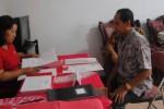 Mantan Sekda Wonogiri, Suprapto (kanan) menyerahkan berkas Calon Wakil Bupati ke Sekretariat DPC PDIP Wonogiri, Jumat (6/3/2015). (Trianto Hery Suryono/JIBI/Solopos)