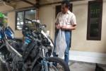 Kanitreskrim Polsek Musuk, Aiptu M.Yasin, menunjukkan motor milik M.Parijo yang hancur akibat amukan massa, Kamis (19/3/2015). Dia tertangkap warga saat mencuri di Dukuh Tagung Gede RT 004/RW 005, Desa Karanganyar, Kecamatan Musuk, Rabu (18/3/2015). (Hijriyah Al Wakhidah/JIBI/Solopos)