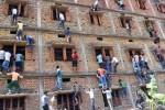 Para orang tua siswa di Vaishali, Bihar, India yang memanjat dinding sekolah untuk memberi contekan kepada siswa (Hindustantimes.com)