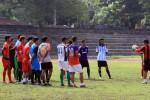 Para pemain Persis dalam sebuah latihan sedang mendengarkan arahan pelatih. JIBI/Solopos/dok