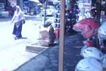 Warga saat melintas di deretan PKL depan Pasar Gemolong yang menggunakan trotoar jalan sebagai tempat berjualan, Kamis (26/3/2015). (Abdul Jalil/JIBI/Solopos)