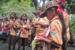 Pramuka membuat bungkus ketupat saat mengikuti pesta siaga yang digelar di halaman Setda Klaten, Sabtu (7/3/2015). (Taufiq Sidik Prakoso/JIBI/Solopos)