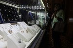 Jewellery Consultant Pameran Perhiasan Berlian Frank & Co dan Miss Mondial, Bhara Setiawan, menunjukkan kalung full berlian di Hotel Novotel Solo, Minggu (29/3/2015). (Shoqib Angriawan/JIBI/Solopos)