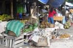 Pedagang di Pasar Srago, Kecamatan Klaten Tengah menata dagangannya di lapaknya yang berada di tepi jalan, Senin (23/32015). Tahun ini Pemkab Klaten bakal membangun pasar itu dengan dana Rp5,5 miliar. (Ayu Abriyani K.P/JIBI/Solopos)