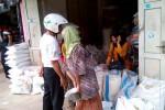 Warga menjual raskin di Pasar Wates, Kulonprogo. Selasa (12/3/2015). (Holy Kartika N.S/JIBI/Harian Jogja)