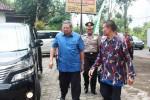 Mantan Presiden Susilo Bambang Yudhoyono saat turun dari mobil untuk singgah di salah satu rumah makan di Semanu, Gunungkidul. Selasa (10/3/2015). (JIBI/Harian Jogja/David Kurniawan)
