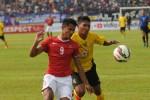 Striker Timnas U19, Dimas Drajad, menghadapi kawalan pemain Semen Padang (Liputan6.com)