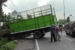 Warga mengevakuasi truk gandeng berpelat S 8420 UW yang menabrak median jalan dan akhirnya menabrak pagar tembok Puskesmas Mojosongo, Boyolali, Jumat (20/3/2015). (Hijriyah Al Wakhidah/JIBI/Solopos)