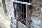 Tang Shuangqiang dikurung di kandang ayam (Mirror.co.uk)