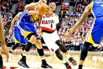 Guars Portland Trail Blazers, Damian Lillard (0), menderibel bola bnerusaha melewati center Golden State Warriors, Andrew Bogut (12). JIBI/Reuters/Craig Mitchelldyer-USA TODAY Sports
