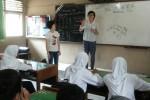 Mio Harahata mengajar di SMPN 1 Wates dalam program Bule Mengajar, Selasa (17/3/2015).  (Harian Jogja/ Switzy Sabandar)