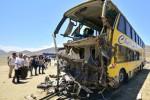Warga menyaksikan bus yang ringsek akibat kecelakaan di Jalan Raya  Panamerican Norte dekat kota pesisir Huarmey, Peru, Senin (23/3/2015) waktu setempat. (JIBI/Solopos/Reuters/Toshiro Villanueva)