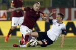 Pemain AS Roma Radja Naingolan (ki) duel lawan pemain Cesena Perico. JIBI/Rtr/Alessandro Garofalo