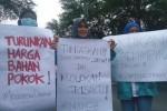 """FOTO DEMO MAHASISWA : Begini Aksi BEM UNS Serukan """"Ayo Pulang Pak Jokowi"""""""