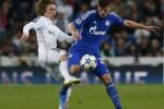 Pemain Real Madrid Luka Modric (ki) duel lawan pemain Schalke Klaas-Jan Huntelaar. JIBI/Rtr/Juan