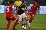 Falcao menggiring bola dihadang dua pemain Kuwait. Ist/ detiksport