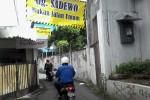 Spanduk yang bertuliskan 'Gg [Gang] Sadewo Bukan Jalan Umum' yang dipasang di jalan kampung/lingkungan RW 3/RT 13, Terban, Gondokusuman, Jogja. (JIBI/Harian Jogja/Uli Febriarni)