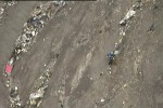 Polisi Prancis berupaya membuat jalan di sekitar puing-puing pesawat Airbus A320 milik maskapai Germanwings yang jatuh di pegunungan Alpen, dekat Seyne-les-Alpes, Prancis, Selasa (24/3/3015). 150 Penumpang pesawat itu dinyatakan tewas. (JIBI/Solopos/Reuters via Reuters TV/Pool)