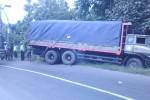 Aparat kepolisian mengatur lalu lintas di jalan lingkar selatan Sragen, Selasa (31/3/2015). Sebuah truk tronton terperosok di parit jalur tersebut dan mengakibatkan arus lalu lintas tersendat. (Abdul Jalil/JIBI/Solopos)