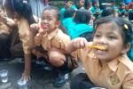 Siswa mengikuti kegiatan menggosok gigi massal di SDN Mangkuyudan Solo, Jumat (20/3/2015). (Septhia Ryanthie/JIBI/Solopos)