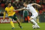 Pemain Inggris Harry Kane dihadang pemain Lithuania Tadas Kijanskas. JIBI/Reuters/Carl Recine