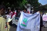 Pendemo membaca quran saat berdemo menolak kenaikan harga BBM bersubsidi di depan Istana Gedung Agung, Jogja. (JIBI/Harian Jogja/Ujang Hasanudin)