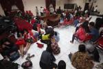 Pengunjung dan pemandu karaoke yang terjaring razia didata di Aula Mapolresta Solo, Rabu (25/3/2015) malam. Sekitar 75 pemabuk terjaring dalam razia yang dilakukan di sejumlah kafe di wilayah Kota Solo. (Reza Fitriyanto/JIBI/Solopos)