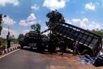 Petugas derek dan polisi mencoba mengangkat bagian belakang truk pengangkut pupuk kandang yang terguling di Jalan Wates Purworejo, Dalangan, Desa Triharjo, Wates, Rabu (18/3/2015). (JIBI/Harian Jogja/Holy Kartika N.S.)