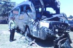 Aparat Polres Sragen menunjukkan kondisi bus Eka setelah mengalami kecelakaan tunggal di Jl. Raya Sukowati Sragen, Rabu (18/3/2015). (Abdul Jalil/JIBI/Solopos)