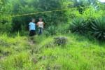 Alfian (kanan) dan Arlan berdiri di bawah garis polisi yang dibentangkan di jalur menuju lokasi ladang batu mulia jenis lavender di Gunung Bapang dekat Gunung Gajah Mungkur, Ngemplak RT 001/RW 003, Kedungsono, Bulu, Sukoharjo, Rabu (25/3/2015). (Rudi hartono/JIBI/Solopos)
