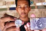 Kalis Dwi Saputra, 17, menunjukkan batu akik lavender dan batu lavender mentah di rumahnya di Tegalmojo RT 001/RW 002, Kedungsono, Bulu, Sukoharjo, Kamis (26/3/2015). (Rudi Hartono/JIBI/Solopos)