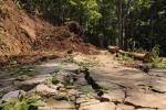 Kabag Pembangunan Desa Nglegi Sudiyono ketika meninjau lokasi longsor di Dusun Nglampar, Desa Nglegi, Kecamatan Patuk, Senin (30/3/2015). (JIBI/Harian Jogja/Kusnul Isti Qomah)