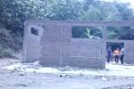 Salah satu rumah warga Dukuh Ngargorejo RT 003, Desa Bukuran, Kecamatan Kalijambe, Sragen, terpaksa dibongkar demi keamanan, Kamis (12/3/2015). Rumah itu berdekatan dengan tebing setinggi puluhan meter yang rawan longsor. (Abdul Jalil/JIBI/Solopos)