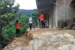 Kepala Pelaksana Harian BPBD Wonogiri, Bambang Haryanto (kiri) mengecek kondisi tanah di Dusun Nglorog, Desa Hargorejo, Kecamatan Tirtomoyo, Wonogiri yang terdapat rekahan, Sabtu (14/3/2015) akhir pekan lalu. (Istimewa)