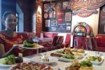Seorang karyawan Double Decker menunjukkan hidangan dalam menu baru restoran western di kawasan Solo Baru itu, Sabtu (7/3/2015). Sebanyak 11 hidangan melengkapi menu baru itu. (Asiska Riviyastuti/JIBI/Solopos)