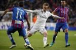 Pemain Real Madrid's Luka Modric diapit pemain Levante Luis Morales (ki) dan David Barral. JIBI/Rtr/Andrea Comas