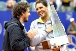 Petenis Spanyol Rafael Nadal (kanan) membawa trofi juara Argentina Open 2015 setelah mengalahkan petenis Argentina Juan Monaco. JIBI/Reuters//Marcos Brindicci