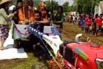 Salah satu pasangan pengantin tiba di Alas Kradenan menumpangi traktor didampingi saksi dan penghulu. Bersama dua pasangan lainnya, mereka mengucapkan ijab qobul di traktor, Sabtu (28/3/2015). (JIBI/Harian Jogja/Bernadheta Dian)