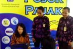 Petugas Kantor Pelayanan Pajak Pratama Bantul melayani warga yang mendaftar e-filling di Kantor KPP Bantul, Jumat (27/3/2015). (Harian Jogja/Bernadheta Dian Saraswati)