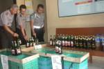 Kapolsek Tasikmadu, AKP Ibariyadi (kiri), menunjukkan munuman kesar (miras) hasil dari razia yang dilakukan pekan lalu. Ada sekitar 150 botol miras kemasan yang diamankan pada razia tersebut. (Bayu Jatmiko A/JIBI/Solopos)