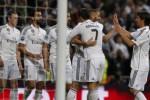 Gelandang serang Real Madrid Karim Benzema (kedua dari kanan) melakukan selebrasi bersama kawan-kawan setimnya seusai membuat gol ke gawang Schalke. JIBI/Reuters/Juan Medina