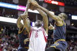 Forward Houston Rockets Terrence Jones (6) menambah skor din second quarter dihadang forward Cleveland Cavaliers James Jones (1) di Toyota Center.  JIBI/Rtr/Troy Taormina-USA TODAY Sports