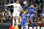 Striker Real Madrid Cristiano Ronaldo (kiri) dihadang pemain Schalke 04  Marco Hoger saat menyundul bola untuk membuat skor. JIBI/Reuters/Juan Medina