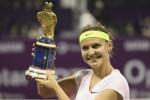 Lucie Safarova dari Czech mengangkat trofi juara Qatar Open seusai kalahkan Azarenka. JIBI/Rtr/Fadi